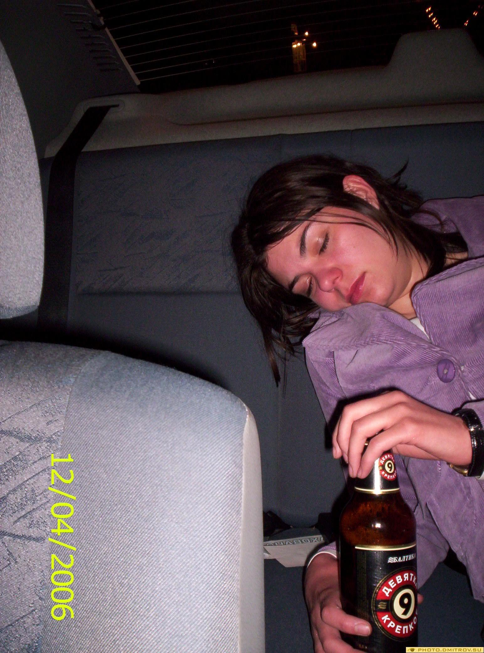 Пьяная девушка в подъезде 12 фотография
