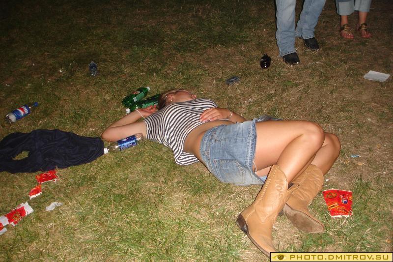 Пьяные бабы на улице, очень пьяные бабы фото.